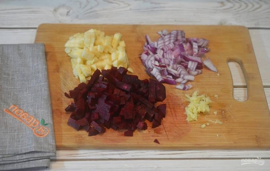 1. Яблоко, свеклу и лук почистите, нарежьте кубиком. Имбирь почистите и натрите на терке.
