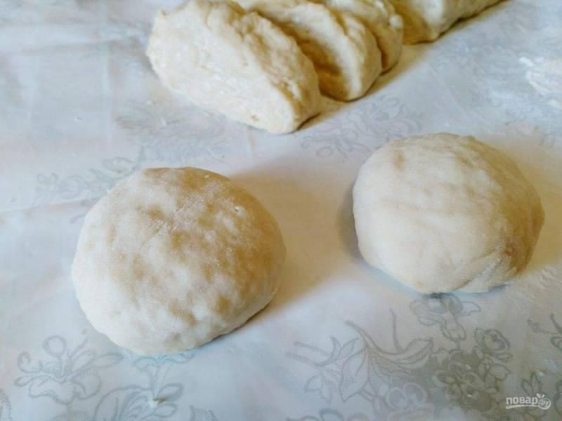 Готовое тесто разделите на 10-12 частей, сформируйте из них небольшие шарики.