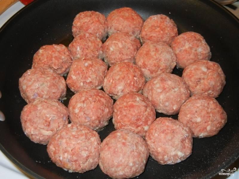 Сформируйте мясные шарики, обваляйте их в муке и обжарьте на сковороде до полуготовности.