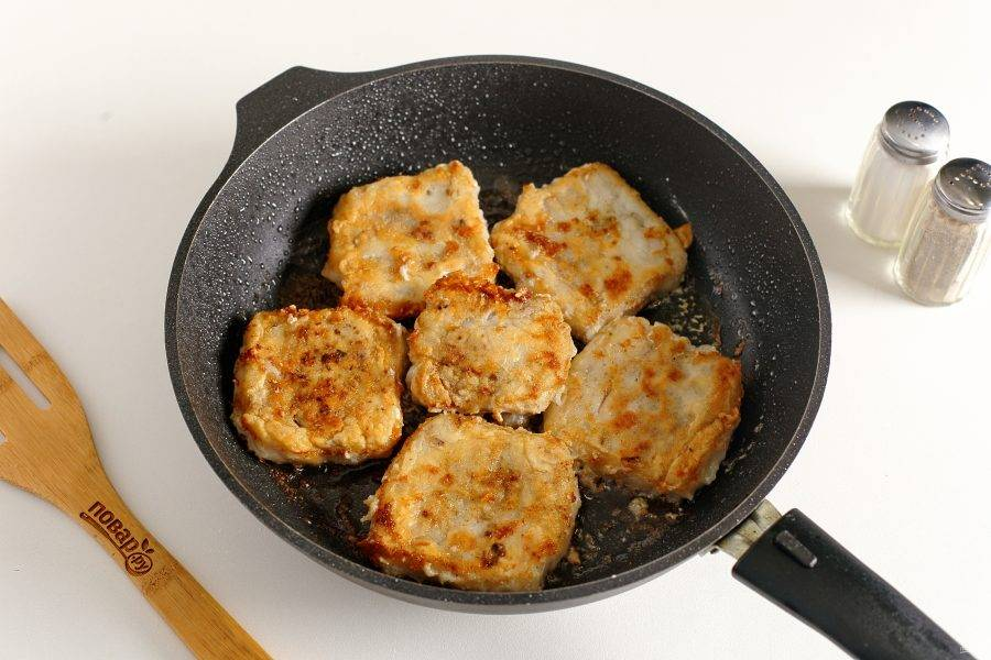 Обваляйте филе в муке и обжарьте в сковороде с двух сторон до золотистого цвета.
