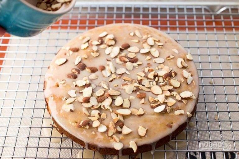 14.Украсьте пирог поджаренным миндалем и оставьте до застывания глазури.