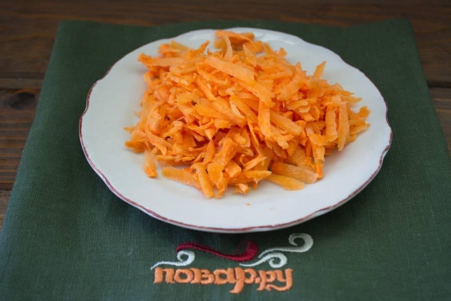 На терке измельчаем морковь.