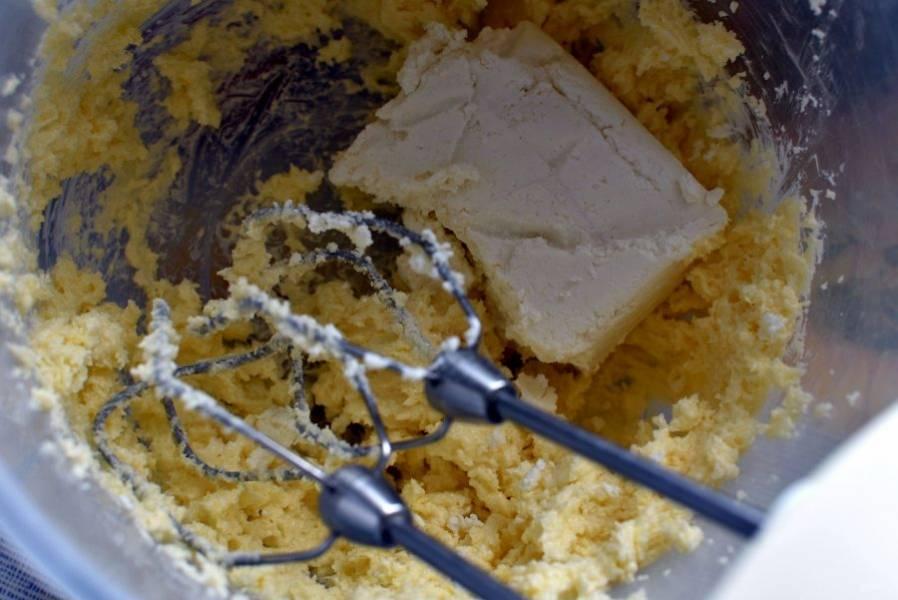 Взбить масло с сахаром и ванилином в пышную массу. Добавить творог и снова взбить.