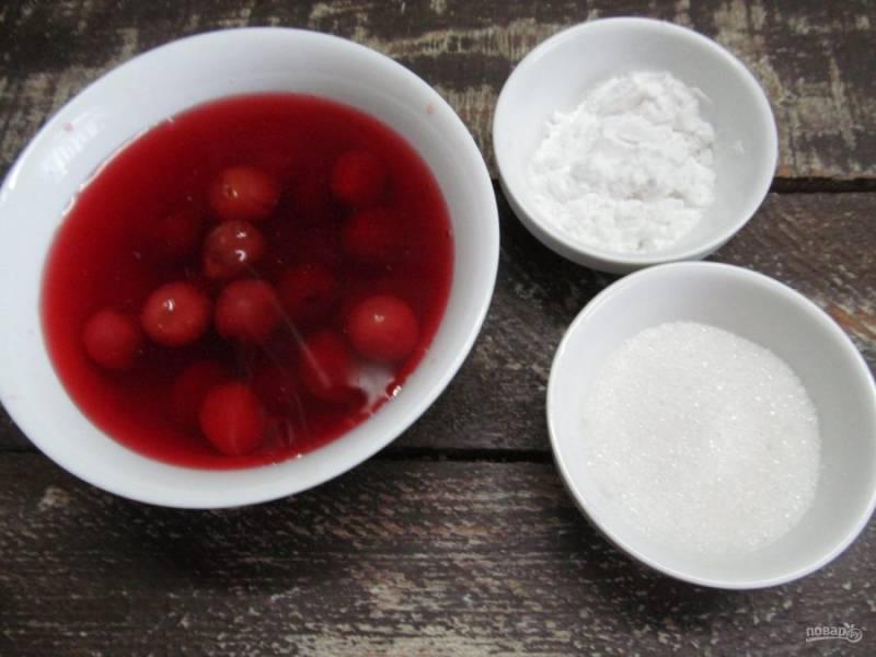 В первую очередь нужно приготовить начинку для кексов. Для этого нам понадобится домашний вишневый компот, крахмал, сахар - 0,5 стакана, ванильный сахар - 1 чайная ложка.
