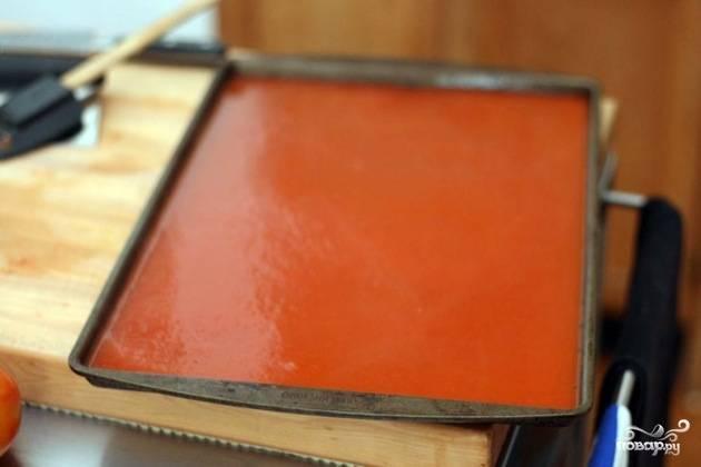 5. Далее вылейте полученный сок в жаропрочный противень, застелив его предварительно пергаментом. Отправьте в духовку, разогретую до 160 градусов, на пару часов.