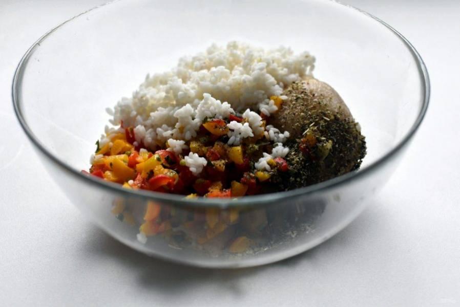 Смешайте фарш из индейки, тушеные овощи и подготовленный рис. Посолите и поперчите по вкусу, посыпьте немного итальянских пряных трав. Очень хорошо вымешайте фарш, он должен стать гладким и немного липким.