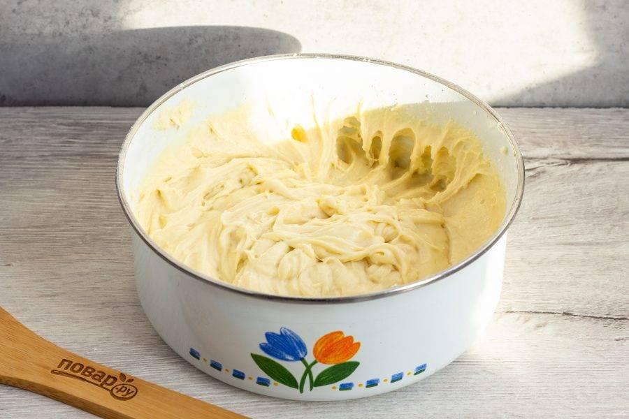Муку просейте с разрыхлителем и введите в тесто.