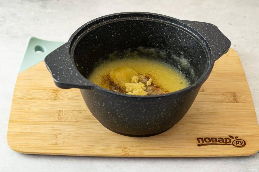 Затем добавьте тертый чеснок, хмели-сунели, соль и острый перец. Еще раз пробейте соус блендером.