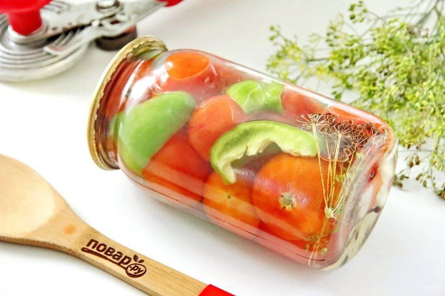 Горячим маринадом залейте помидоры, банки закатайте, укройте и оставьте до полного остывания.