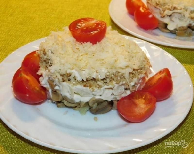 Верх салата посыпьте сыром, тертым на мелкой терке. По бокам разложите помидоры черри, разрезанные пополам. Приятного аппетита!
