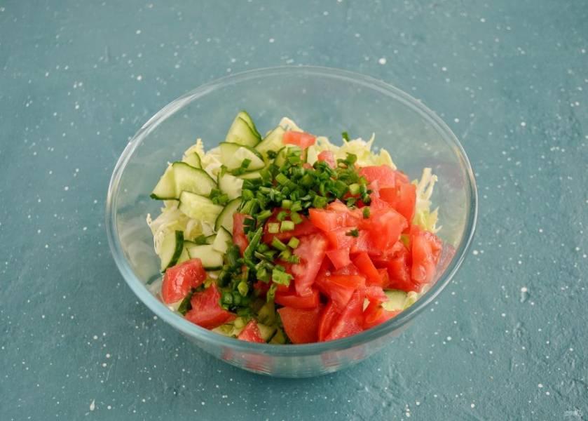 Нарежьте помидоры, огурец и зелёный лук. Размер ломтиков выбирайте на свой вкус.