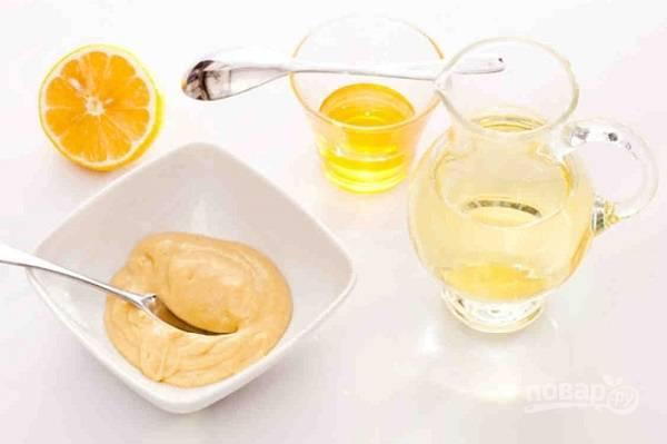 И теперь готовим заправку . Смешаем оливковое масло, горчицу, мед, лимонный сок, соль и перец.