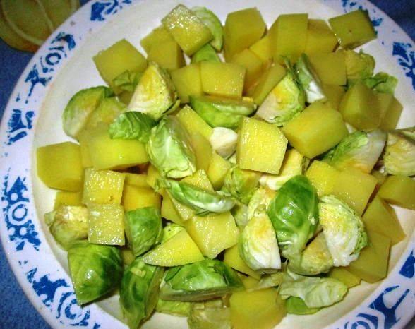 Картофель нарежьте кубиками, брюссельскую капусту очистите от верхних листьев и порежьте на 4 части.