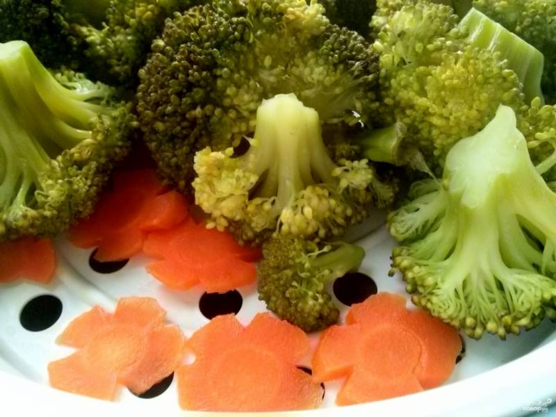 Отварите куриное филе до готовности. Брокколи помойте  и разберите на отдельные соцветия. Морковь помойте, очистите и порежьте  тонкими кружками. Овощи отварите на пару.