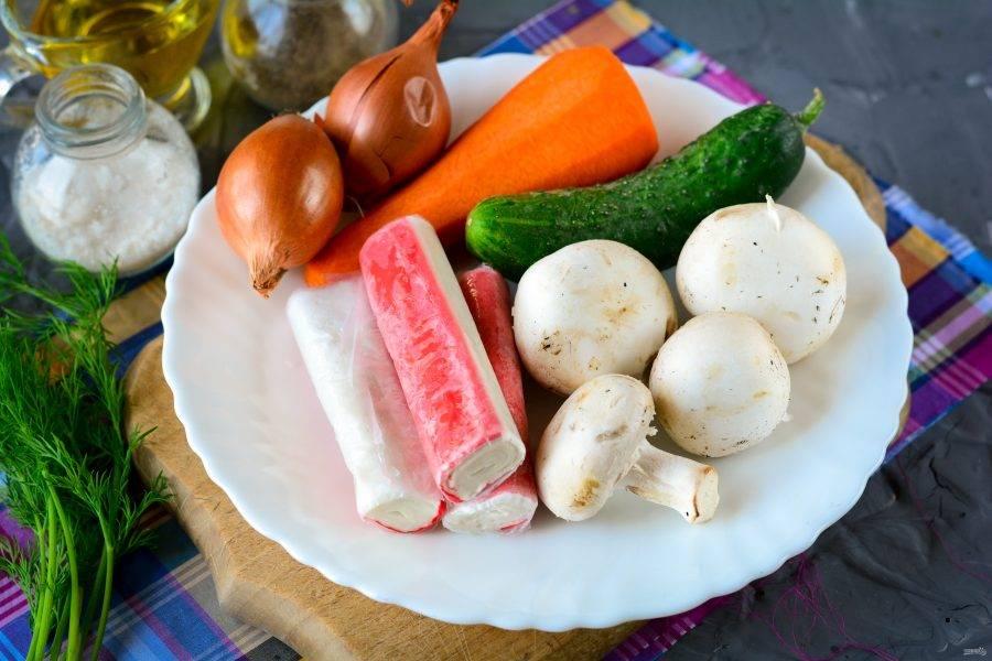 Подготовьте ингредиенты для приготовления салата с жареными крабовыми палочками.