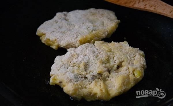8. Готовые зразы выложите на сковороду с разогретым маслом, обжарьте до румяности с двух сторон.  Приятного аппетита!