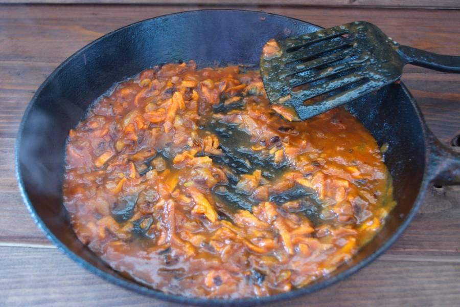 Добавьте томатный соус (томатный сок или разведенную томатную пасту). Тушите все вместе 5 минут.