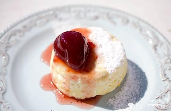 Дайте готовому суфле остыть, ножом проведите вдоль стенок формочки и переверните ее на тарелку. Подавайте десерт с сахарной пудрой и фруктами. Приятного аппетита!