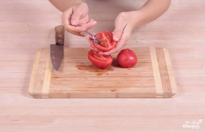 3. После аккуратно удалите семена и шкурку, а мякоть нарежьте мелко.