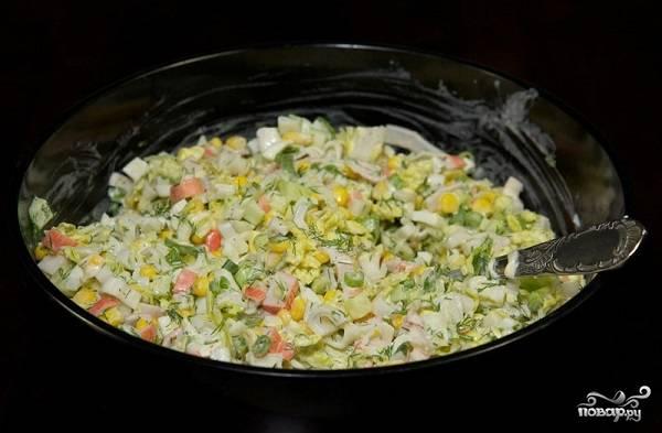 10. Осталось только заправить все майонезом — и крабовый салат с огурцом без риса в домашних условиях готов к подаче. Приятного аппетита!