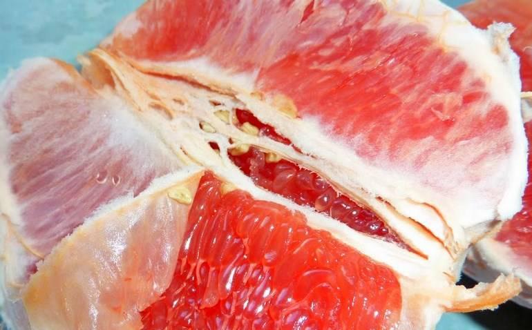 Грейпфрут чистим и делим на кусочки.