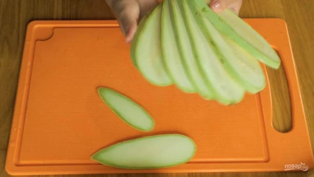 Нарежьте кабачок вдоль тонкими пластинами, проварите их на слабом огне 3-5 минут.