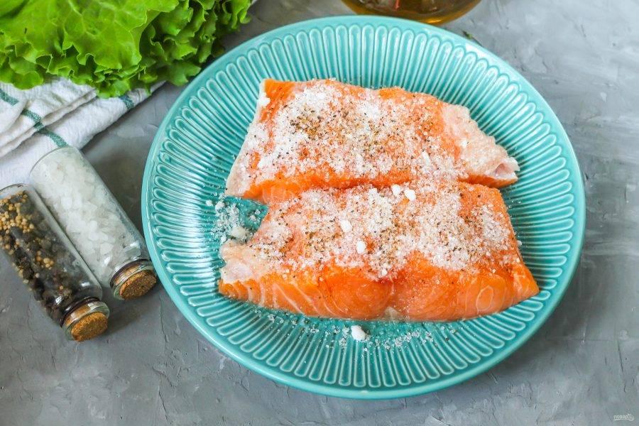 Добавьте и молотый черный перец. Горбушу в специях поместите в холодильник, по желанию обмотайте емкость пищевой пленкой, чтобы другие продукты не перетянули на себя рыбный аромат.