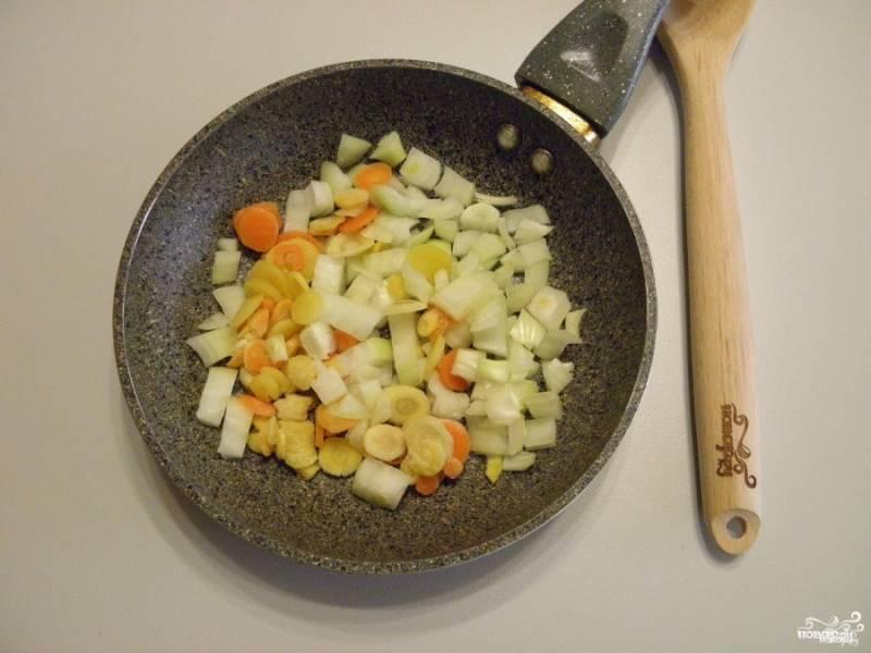 На сковороду налейте масло, пожарьте овощи до готовности.