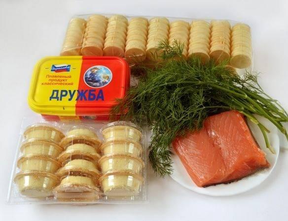 1. Этот простой рецепт тарталеток с семгой и сыром можно варьировать по вкусу. Рыбу можно взять малосоленую, копченую или соленую. Сыр также можно выбрать любимый - плавленный, сливочный или другой по вкусу. Тарталетки могут быть также не только стандартные, но и в форме трубочек, которые тоже весьма эффектно смотрятся на столе.