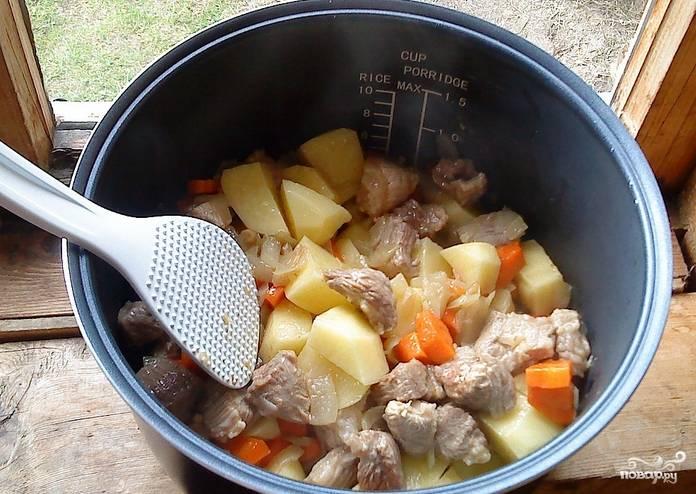 """Затем добавляем свинину, порезанную кубиками, и готовим еще 15 минут. Кладем к овощами мясу, очищенный и порезанный картофель. Солим и перчим по вкусу, заливаем горячей водой, чтобы едва покрылся картофель. Переводим мультиварку в режим """"Каша"""" на 2 часа."""