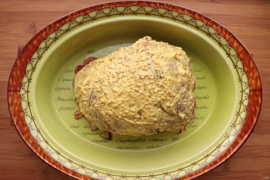 Обмажьте мясо горчицей с зернышками и отправьте в разогретую до 220 градусов духовку на 10 минут.