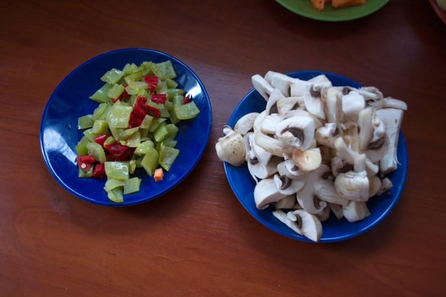 Грибы нарезать небольшими кусочками. Нарезаем болгарский перец. Я взяла замороженный перец разного цвета. Это не имеет особого значения. Репчатый лук нарезать полукольцами.