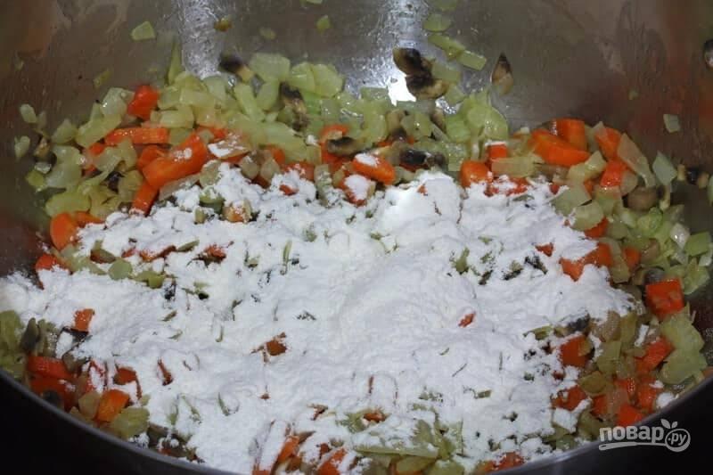 2.Нарежьте кусочками грибы и добавьте их в кастрюлю, спустя 5 минут добавьте муку, перемешайте и обжаривайте 2-3 минуты.