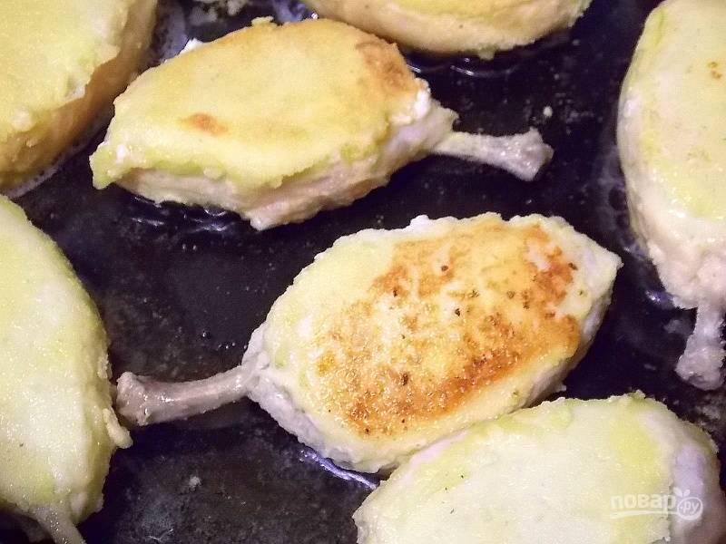 Обжарьте в горячей сковороде с маслом в течение 5 минут до румяной корочки с двух сторон.