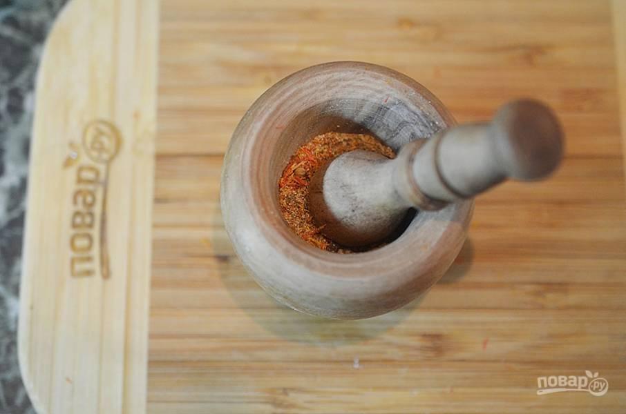 1. Всё, кроме соли и чеснока, для приготовления севанской соли, положите в ступку и разомните.