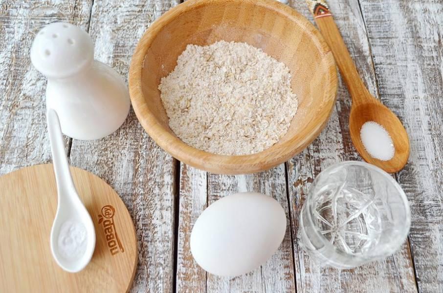 Подготовьте продукты для печенья. Заменитель сахара можно использовать по вкусу, а можно совсем убрать его, тогда печенье получится пресным. Отруби нужно размолоть в муку, для этого отлично подойдет кофемолка.