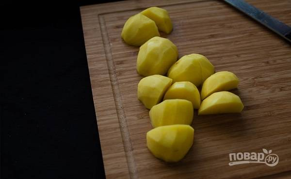 2. В кастрюлю налейте воду, доведите её до кипения. Очистите картофель, вымойте его и нарежьте.