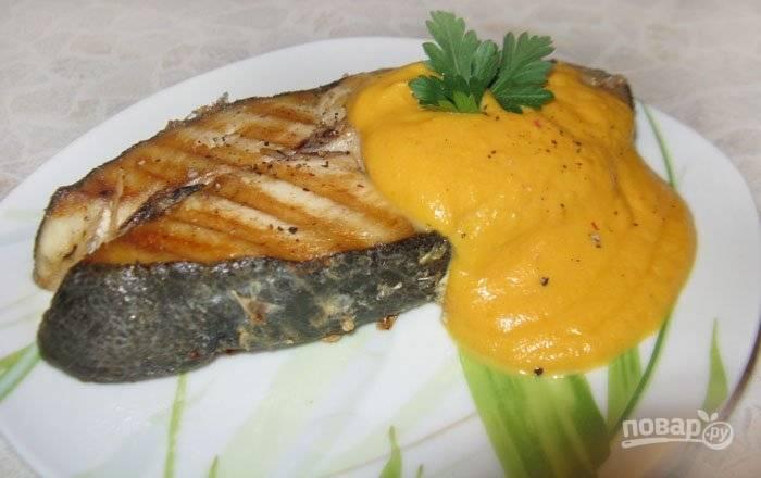 7.Стейки кижуча подаю горячими, сразу же со сковороды. Поливаю его приготовленным овощным соусом.
