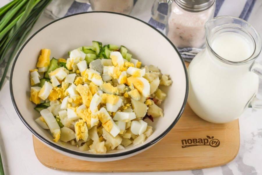 Очистите и промойте отварные куриные яйца, нарежьте их кубиком и добавьте в емкость.