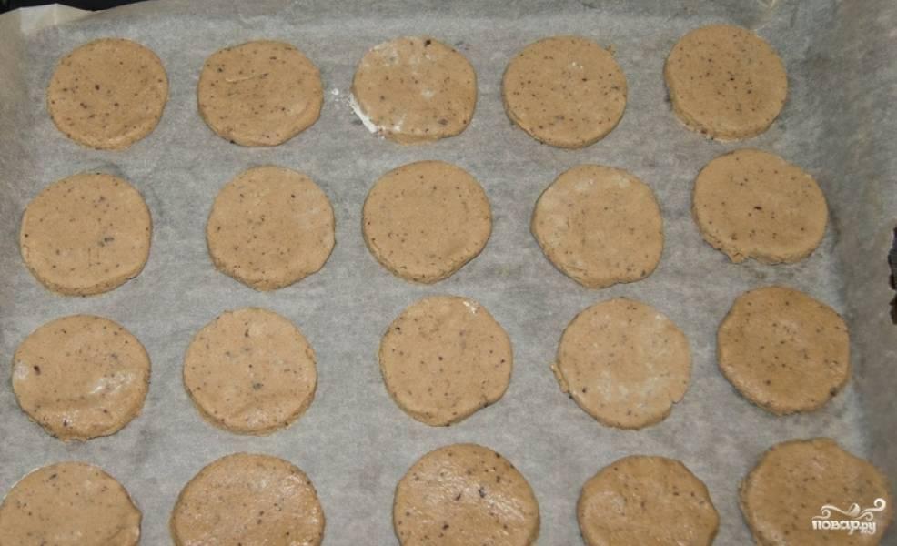 Тесто раскатываем на столе в пласт толщиной 5 мм. Вырезаем из него круглые лепешки. Перекладываем их на противень, застеленный бумагой для выпечки. Выпекаем в духовке 15 минут, температура 200 градусов.