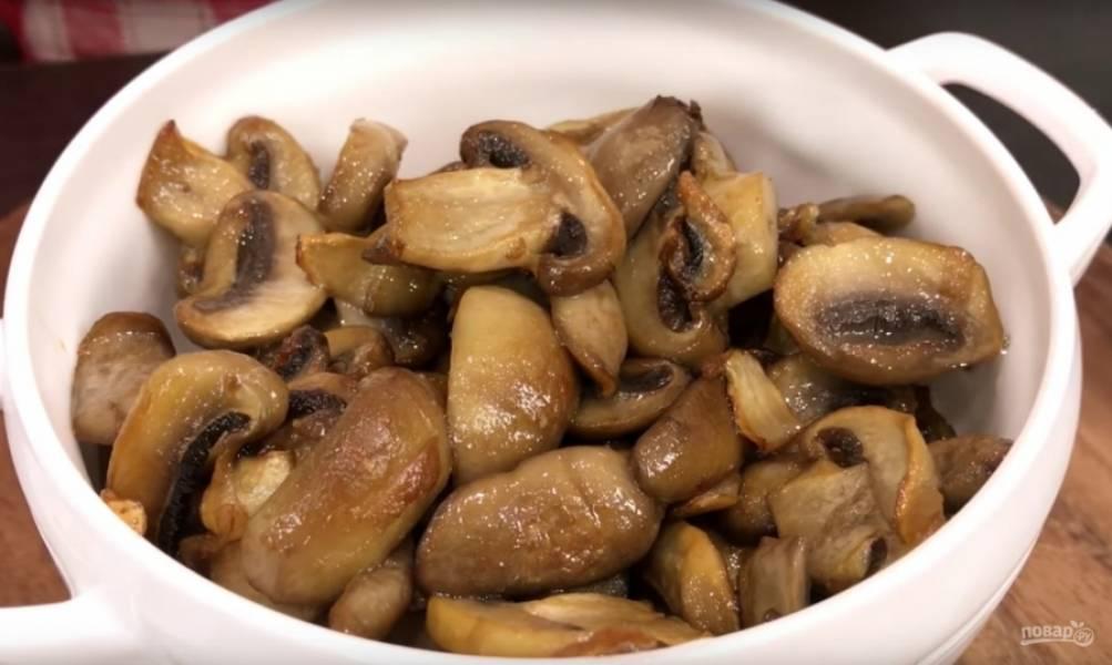 Вот такими должны стать грибочки после обжарки. Отдельно я отложила 12 штучек (пластинок) самых красивых. Горячие грибы в салат нельзя, поэтому оставляем их пока, чтобы остыли.