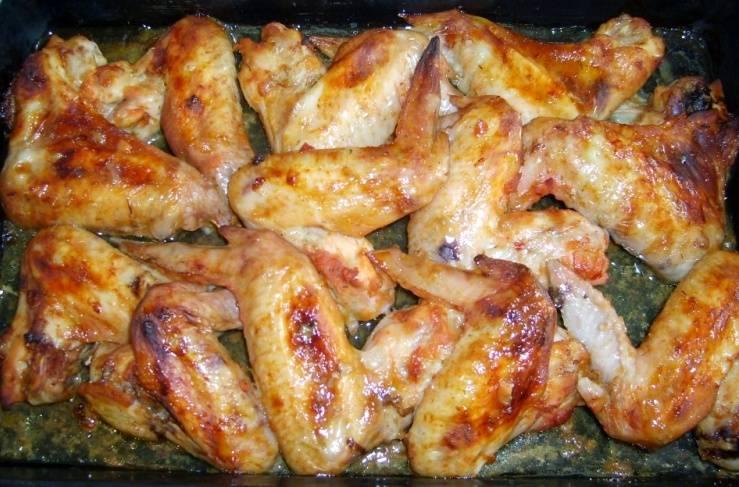Ставим противень в духовку, разогретую до 180 градусов, на 30-40 минут. Готовые крылышки подаем с любым гарниром или с любимым соусом. Приятного всем аппетита!