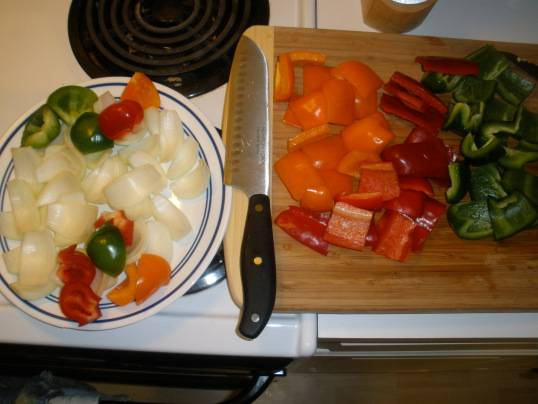 1. Все овощи моем и чистим. Цукини нарезаем тоненькими ломтиками, а все остальные овощи - произвольно, ведь мы их будем насаживать на шпажки. По вкусу посыпаем их солью и перцем.
