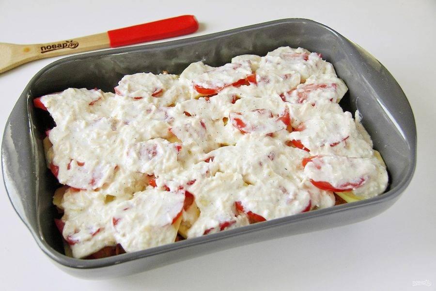 Полейте все равномерно сметанно-сырным соусом. Накройте форму фольгой и готовьте  в духовке при температуре 200 градусов около 30 минут. Затем снимите фольгу и доведите блюдо до полной готовности. Картофель при прокалывании ножом должен быть мягким.