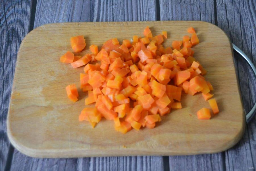 Морковь натрите на терке или порежьте кубиком.