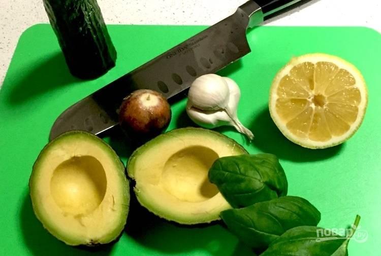 4.Разрежьте авокадо и удалите косточку, срежьте кожуру и нарежьте его кусочками. Очистите чеснок и измельчите его.