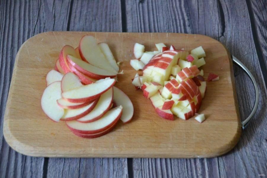 Пока идет нагрев жидкости, порежьте половинку яблока мелким кубиком, вторую половинку - на тонкие дольки.