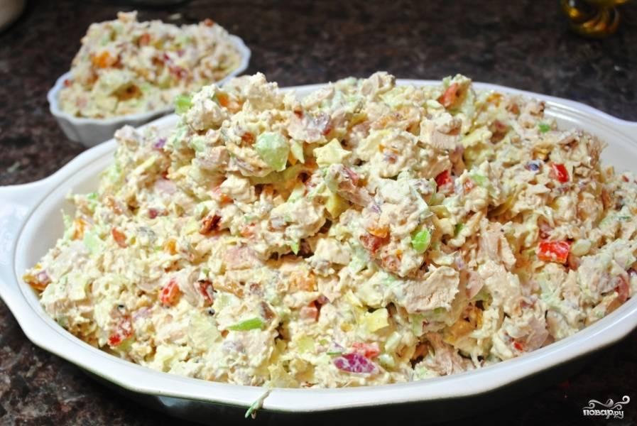 Добавьте майонез, полейте лимонным соком, посолите, поперчите и перемешайте хорошенько ещё раз. Затем выложите итальянский салат с курицей в формочки для запекания. Желательно взять пару небольших. Или же всё в одной.