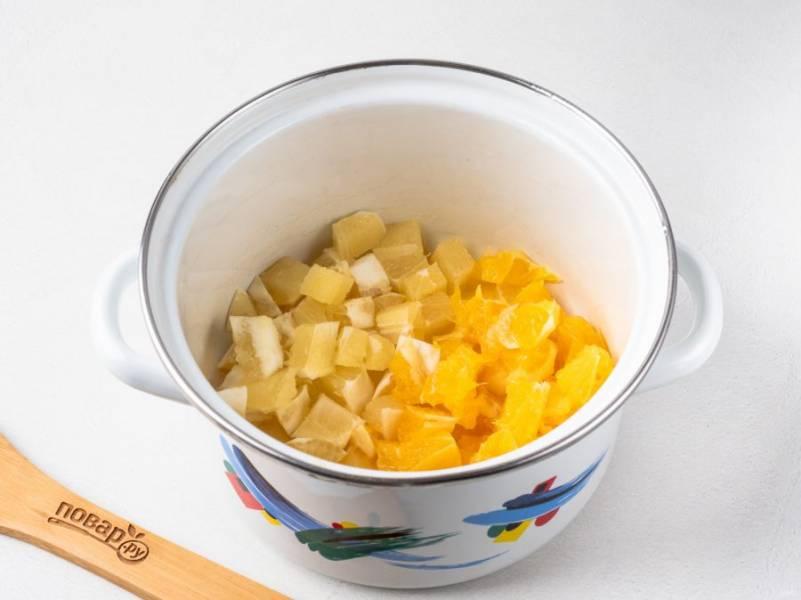 Апельсин и лимон очистите от кожуры, мякоть нарежьте небольшими кусочками. Косточки лучше убрать.