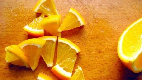 Апельсины режем ломтиками вместе с кожурой.